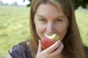 close up djuke eet appel